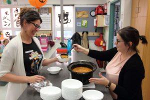 L'enseignante Caroline Ross et la technicienne en éducation spécialisée Annie Pineault servent la soupe aux élèves.