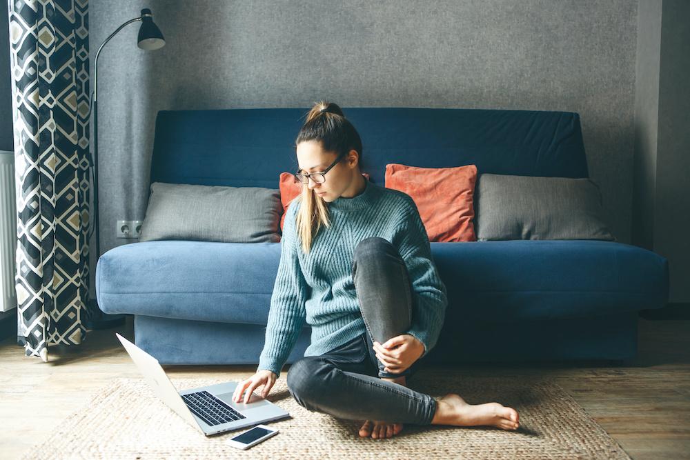 Femme qui regarde une video